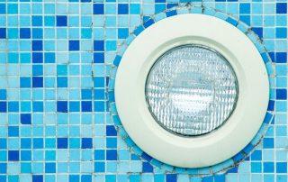 Por qué usar focos LED para iluminar tu piscina